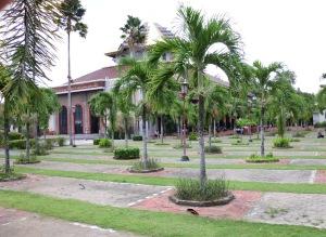 halaman masjid kampus ugm